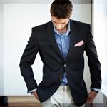 Мужчина в черном пиджаке и голубой рубашке с розовым плат...