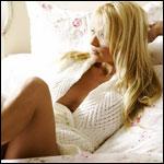 Смайлик Блондинка в вязаной кофте лежит на диване аватар