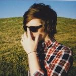 Смайлик Парень в очках ray-ban на природе аватар