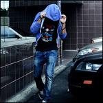 Парень в синем капюшоне идет по улице смайлики картинки