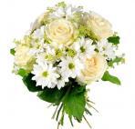 Букет из белых роз и ромашек