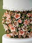 Тортик к завтраку, празднику украшен розами в центре смайлики картинки