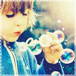 Картинка Ребёнок пускает мыльные пузыри анимация