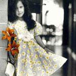 Гиф gif Девочка в красивом платьице с цветами в руках рисунок
