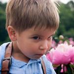Картинка Подозрительный взгляд мальчика анимация