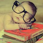 Картинка Ребёнок в очках заснул над книгами анимация