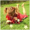 Девочка лежит на траве