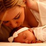 Мама целует своего малыша