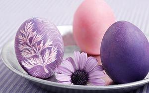 Картинка Красивые пасхальные яйца на тарелочке анимация
