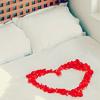 Гиф gif Сердечко на кровати из лепестков, белая кровать рисунок