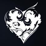 Картинка Сердце белого цвета с узорами на черном фоне анимация