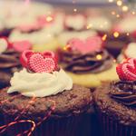 Гиф gif Шоколадные пирожные с кремом и сердечками рисунок