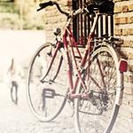 Картинка Велосипед стоит у стены дома анимация