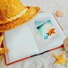 Картинка Шляпка, ракушка и книга на белом песке анимация